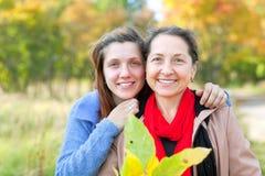 Kobiety w jesień parku Obrazy Royalty Free