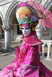 Kobiety w luksus menchii kostiumu przy Wenecja, Włochy 2015 Zdjęcie Stock