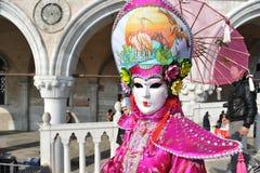 Kobiety w luksusowym kostiumu przy Wenecja, Włochy 2015 Obraz Royalty Free