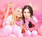 Kobiety w różowych piżamach pozuje na kamerze z różowymi sercami przy piżamą podczas gdy nieatutowi pobliscy lotniczy balony, sen fotografia royalty free