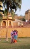 Kobiety w sari czyści podwórze Złocisty fort w Jaipur fotografia stock