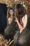 Kobiety w unzipp wieczór eleganckiej sukni Fotografia Stock
