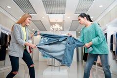 Kobiety walczy dla kurtki Zdjęcie Royalty Free