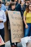 Kobiety waring plakat w mieście jako Melenchon dzwonił dla dnia prot Fotografia Royalty Free