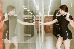 Kobiety wchodzić do gym obraz stock