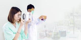 Kobiety weterynaryjny studencki mienie powiększa - szklany i rybi zbiornik zdjęcie royalty free