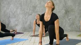 Kobiety ćwiczy joga przy zdrowie klubem Zdjęcie Royalty Free