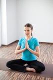 Kobiety ćwiczy joga w domu Obraz Royalty Free