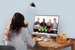 Kobiety Wideo konferencja Z kolegami Na komputerze obraz stock
