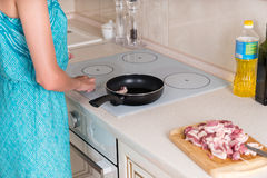 Kobiety wieprzowiny Kulinarny mięso przy kuchnią Zdjęcie Royalty Free