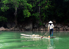 Kobiety wioślarska łódź na półdupkach Był jeziorna w Bac Kan, Wietnam Obrazy Royalty Free