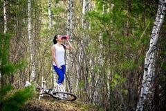Kobiety woda pitna w lesie obraz stock