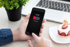 Kobiety wręczają mienie telefon z depresja ładować bateria ekranem obraz royalty free