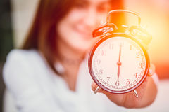 Kobiety wręczają w górę przedstawienie zegaru synchronizować przy 6 x27 o&; zegar Zdjęcia Stock