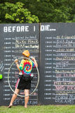 Kobiety Writing na listy życzeń Chalkboard Zdjęcie Stock