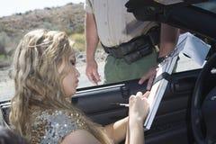 Kobiety Writing Na ruchu drogowego bilecie obraz stock