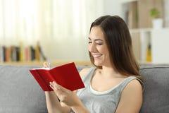 Kobiety writing notatki w dzienniczku lub agendzie Obrazy Royalty Free