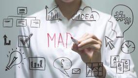 Kobiety writing rynek na przejrzystym ekranie Bizneswoman pisze na pokładzie zbiory wideo