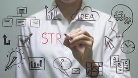 Kobiety writing strategia na przejrzystym ekranie Bizneswoman pisze na pokładzie zbiory