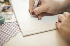 Kobiety writing w dziecko książce Zdjęcie Stock