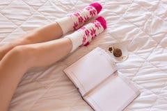 Kobiety writing w jej notatniku Fotografia Stock