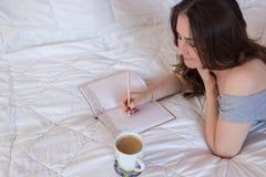 Kobiety writing w jej notatniku Obrazy Royalty Free