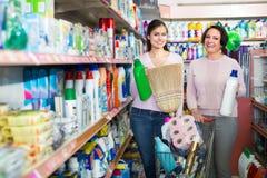 Kobiety wybiera detergenty w sklepie obrazy stock