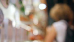 Kobiety Wybiera kosmetyki Towarowych w piękno sklepie 4K, Blured zakończenie up zbiory wideo