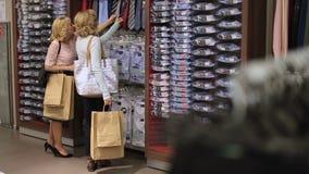 Kobiety wybiera krawat podczas odzież zakupy zbiory