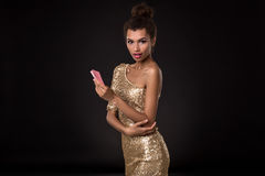 Kobiety wygranie - młoda kobieta trzyma dwa karty w z klasą złoto sukni, grzebak as grępluje kombinację emocje Obraz Stock