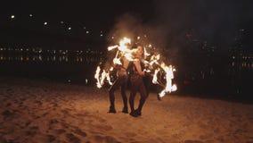 Kobiety wykonuje umiejętność wirować płonie klepki zdjęcie wideo