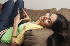 Kobiety wysylanie sms na telefonie komórkowym Fotografia Stock
