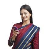 Kobiety wysylanie sms na telefonie komórkowym Obrazy Royalty Free