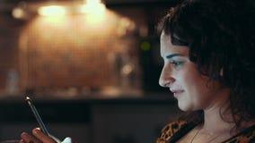 Kobiety wysylanie sms na telefonie komórkowym zdjęcie wideo