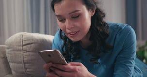 Kobiety wysylanie sms na telefonie komórkowym w domu zbiory wideo