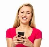 Kobiety wysylanie sms Przez Mądrze telefonu Obrazy Royalty Free
