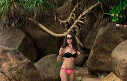 Kobiety wzorcowa dziewczyna w okularach przeciwsłonecznych i kapeluszu pozuje plażę Obraz Stock