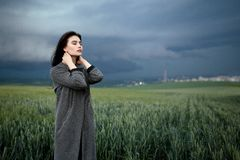 Kobiety wzruszająca szyja z oczami zamykał pod chmurnym niebem w polu szczeg??owa artystyczne Eiffel rama France metalicznego poz obrazy royalty free