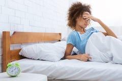 Kobiety wzruszający czoło, mieć migrenę w ranku fotografia royalty free