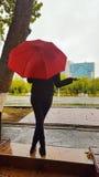 Kobiety z czerwonym parasolem Zdjęcie Stock