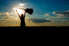 Kobiety z gitarą nad zmierzchu niebem, Zdjęcia Royalty Free
