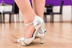 Kobiety z jej dancingowymi butami Fotografia Stock