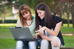 Kobiety z komputerem Zdjęcie Royalty Free