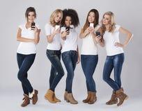 Kobiety z mądrze telefonami fotografia stock