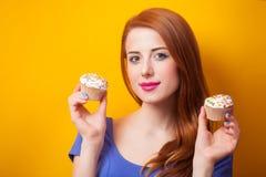 Kobiety z słodka bułeczka Fotografia Royalty Free