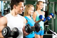 Kobiety z sprawność fizyczna trenerem w gym zdjęcia royalty free