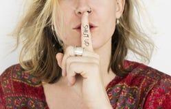 Kobiety zaciszność Zamyka Up sekretu portreta pojęcie Shh zdjęcia stock