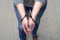 Kobiety zakładali kajdanki kryminalną policję Zdjęcia Stock
