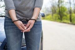 Kobiety zakładali kajdanki kryminalną policję Fotografia Stock