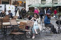 Kobiety zakopywać w telefonie, czeka przyjaciela wokoło Covent Fotografia Royalty Free